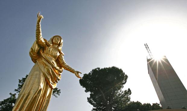 Il ritorno della Madonnina - La madonnina torna a svettare sulla collina di Monte Mario. Dopo che un violento temporale nella notte tra il 12 ed il 13 ottobre 2009 aveva provocato la caduta e il danneggiamento della statua, il 15 giugno scorso la madonnina, dopo un restauro durato alcuni mesi, è stata nuovamente posta sulla collina alle spalle del Foro Italico. Oggi la benedizione ufficiale officiata da Benedetto XVI, davanti a centinaia di fedeli, in occasione della festa del Papa promossa da San Luigi Orione fino dagli anni Trenta. La statua infatti è situata all'interno dell'Istituto Don Orione alla Camilluccia. È una storia legata a doppio filo alle vicende della seconda guerra mondiale quella della statua dorata di Maria Salus Populi Romani alta 9 metri e posta su un piedistallo di 20 metri. Il monumento è stato realizzato dallo scultore ebreo Arrigo Minerbi, accolto assieme alla sua famiglia dall'Opera di Don Orione per sfuggire alla persecuzione nazista, come ringraziamento per l'aiuto prestato. Fusa a Milano la stata giunse a Roma nell'aprile del 1953, da allora svetta su uno dei colli più alti della capitale. (foto Jpeg)