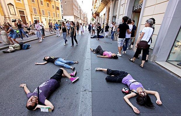 Nucleare no grazie - Manifestanti 'congelati' per un minuto dopo essersi accasciate a terra, mentre due uomini con maschere antigas e tutte bianche hanno distribuiti volantini. Cosi', venerdì  pomeriggio, alle decine di persone hanno dato vita a un 'flash mob', in via del Corso, nel pieno centro di Roma, per ''riportare l'attenzione dei cittadini - spiegano gli organizzatori in una nota - sul ritorno del nucleare in Italia''. L'iniziativa, promossa da Greenpeace, gli Amici di Beppe Grillo di Roma e Mondo Senza Guerre e Senza Violenza, è stata organizzata attraverso il passaparola e il tam tam sul web, soprattutto sui social network  (foto Jpeg)