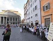 Tavolini di ristoranti sulla piazza del Pantheon (Jpeg)