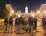 La polizia sulla scalinata del Campidoglio dopo la rissa (foto Eidon)
