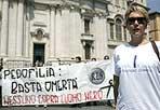 Contro «l'uomo nero» - Ognuno indossa una maglietta bianca con una lettera. E quando si mettono uno accanto all'altra esce la scritta: «Castrazione chimica». Non usano mezze parole alcuni militanti del Movimento per l'Italia di Daniela Santanchè e di «Roma europa sociale» che sabato mattina hanno manifestato in piazza Navona contro il «Love boy day», la giornata dell'orgoglio pedofilo. L'esponente dell'Mpi Fabio Sabbatani Schiuma ha spiegato che la giornata «viene indicata su Internet come il primo sabato dopo il solstizio d'estate». Secondo Schiuma questa ricorrenza «è una follia, non può esserci spazio per una simile aberrazione. Crediamo inoltre - ha aggiunto - che in Italia si debba sperimentare la castrazione chimica, come già avviene in altri Paesi del mondo, a integrare la pena: spesso la chiedono anche gli stessi pedofili che confessano di fare ciò che fanno sulla base di impulsi». Oltre ad esponenti di «Una culla per la vita», a piazza Navona era presente anche il consigliere comunale di Roma Fabrizio Santori, secondo il quale «bisogna rivedere la situazione giudiziaria, in particolare riguardo al patteggiamento per chi si macchia del reato di pedofilia: secondo me è un errore perchè si mettono subito in libertà i pedofili, dobbiamo combattere questi deviati e la loro lobby». «Il reato di pedofilia è da contrastare - ha commentato il consigliere regionale della lista Polverini, Pino Palmieri - perché in più devasta nuclei familiari e bisogna impedirne la reiterazione così che queste persone non possano fare più male a bambini e adolescenti» (Eidon)