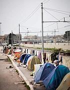 La tendopoli con il Terminal Ostiense sullo sfondo (foto ass. Medu)