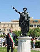 Il sindaco Bruschini con la statua di Nerone (Omniroma)
