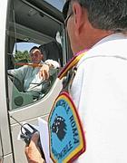 Un vigile controlla i permessi di un bus turistico (Jpeg)