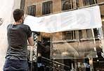 Saldi di fuoco - Via ai saldi estivi nella Capitale: con temperature intorno ai 38 gradi, molti acquirenti hanno rinviato il giro tra i negozi al tardo pomeriggio. Ma una piccola folla di irriducibili - soprattutto ragazzine all'assalto dei negozi più alla moda - ha invaso le vie del Tridente - da via del Corso a via del Babuino e via Frattina - a caccia di affari: non molto consistenti gli sconti, che nei negozi delle griffe più ambite si attestano per ora fra il 20 e il 30% sul prezzo originale (foto Eidon)