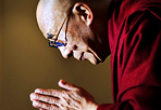 Auguri romani al Dalai Lama - Il sindaco di Roma Gianni Alemanno  saluta il Dalai Lama nel giorno del settantacinquesimo compleanno della massima autorità spirituale del Buddhismo tibetano. «Nel giorno del Suo settantacinquesimo compleanno desidero  rivolgerLe, da parte di tutti i nostri cittadini, a Lei cittadino  onorario di Roma, i più affettuosi auguri di salute, ed il caloroso  auspicio che possa sempre continuare la Sua opera esemplare a favore  del dialogo e della convivenza pacifica tra i popoli con l'energia e  la serena perseveranza che La contraddistinguono». «Il Suo alto senso di responsabilità -conclude Alemanno nel  messaggio inviato al Dalai Lama- e l'equilibrio nella Sua azione  quotidiana rappresentano negli anni un punto di riferimento per molti  di noi». (Foto Ansa)