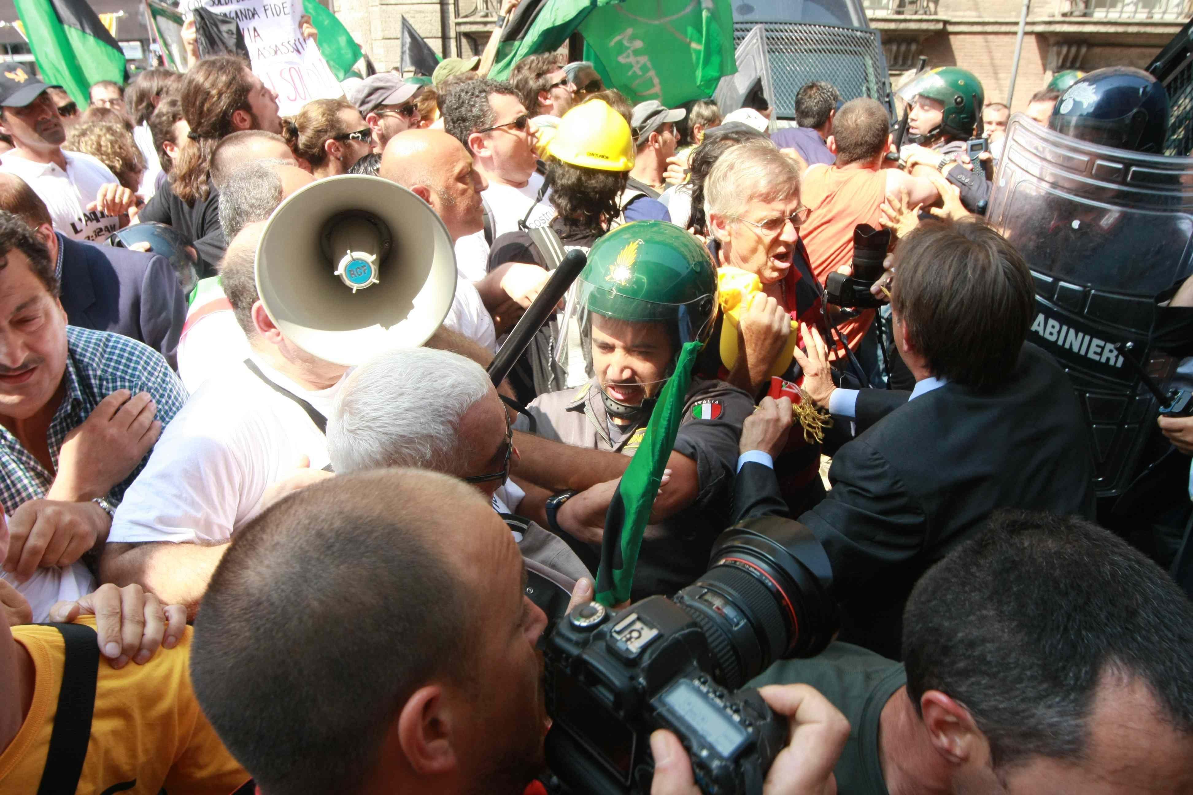 Manganellate sulla folla (Infophoto)