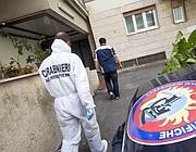 I carabinieri sotto l'abitazione della vittima (Ansa)