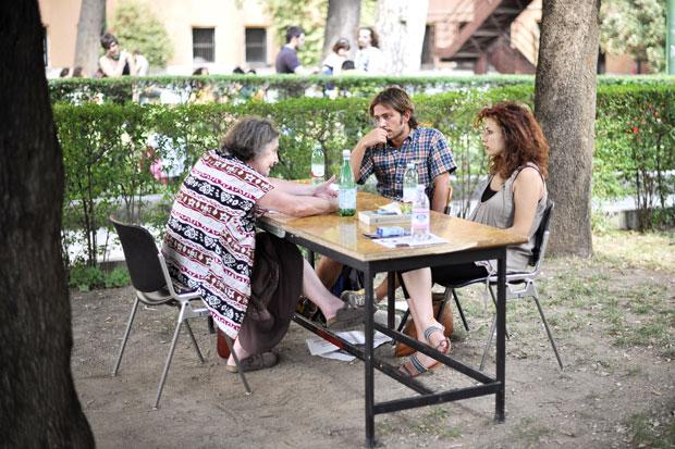 Università all'aperto - Alcuni studenti di Lettere e Filosofia de La Sapienza di Roma sostengono gli esami all'aperto davanti alla facoltà per protestare contro i tagli della manovra e della riforma Gelmini. (Foto Ansa)