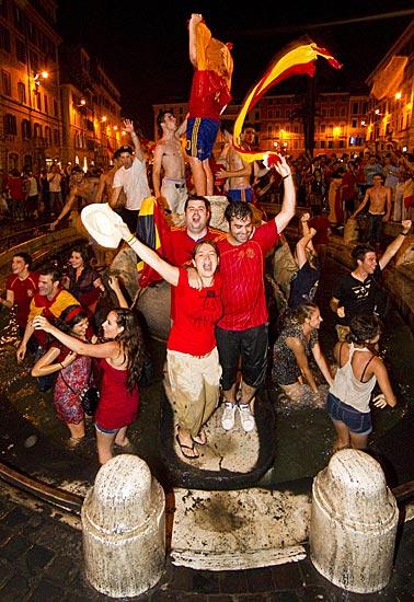 «Plaza» di Spagna -  Tifosi spagnoli in piazza di Spagna a Roma festeggiano con un bagno nella fontana  la conquista della Coppa del Mondo 2010 al termine della finale vinta contro l'Olanda. Per tutta la notte, caroselli e cori pensando a Madrid (Ansa)