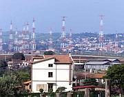 Le antenne e il centro abitato (Foto Ansa)