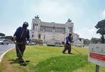 Tagliaerba - Operai al lavoro per tagliare l'erba nell'aiuola di piazza Venezia (Eidon)