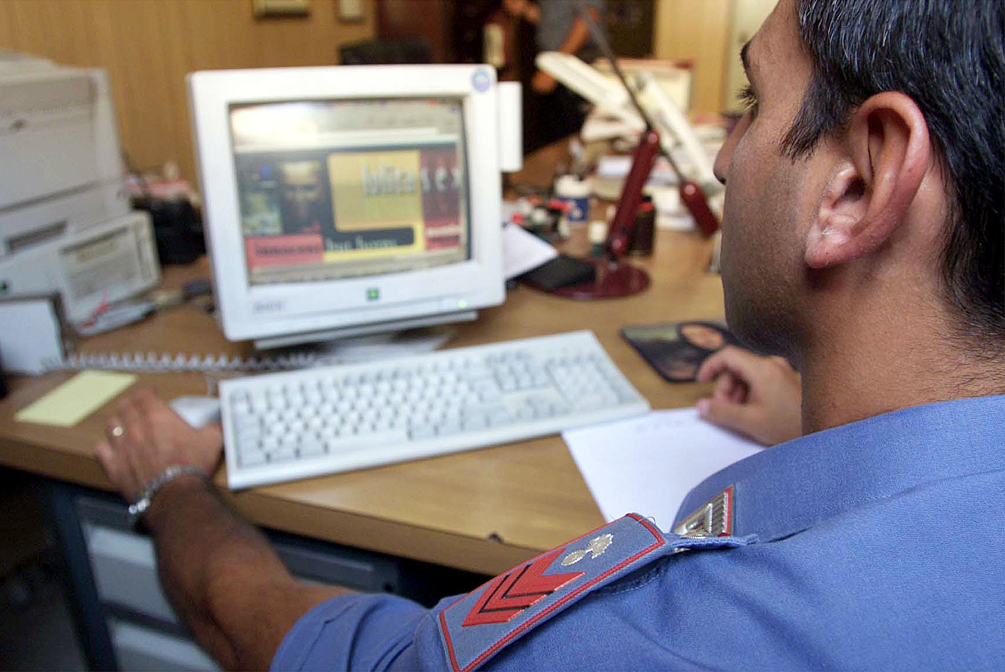 Polizia postale al lavoro sul web (foto Ansa)