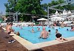 Piscina contro l'afa - I romani rimasti in citta' cercano refrigerio nelle piscine pubbliche. Nell'immagine la vasca de «All'ombra del Colosseo» (Foto Eidon)