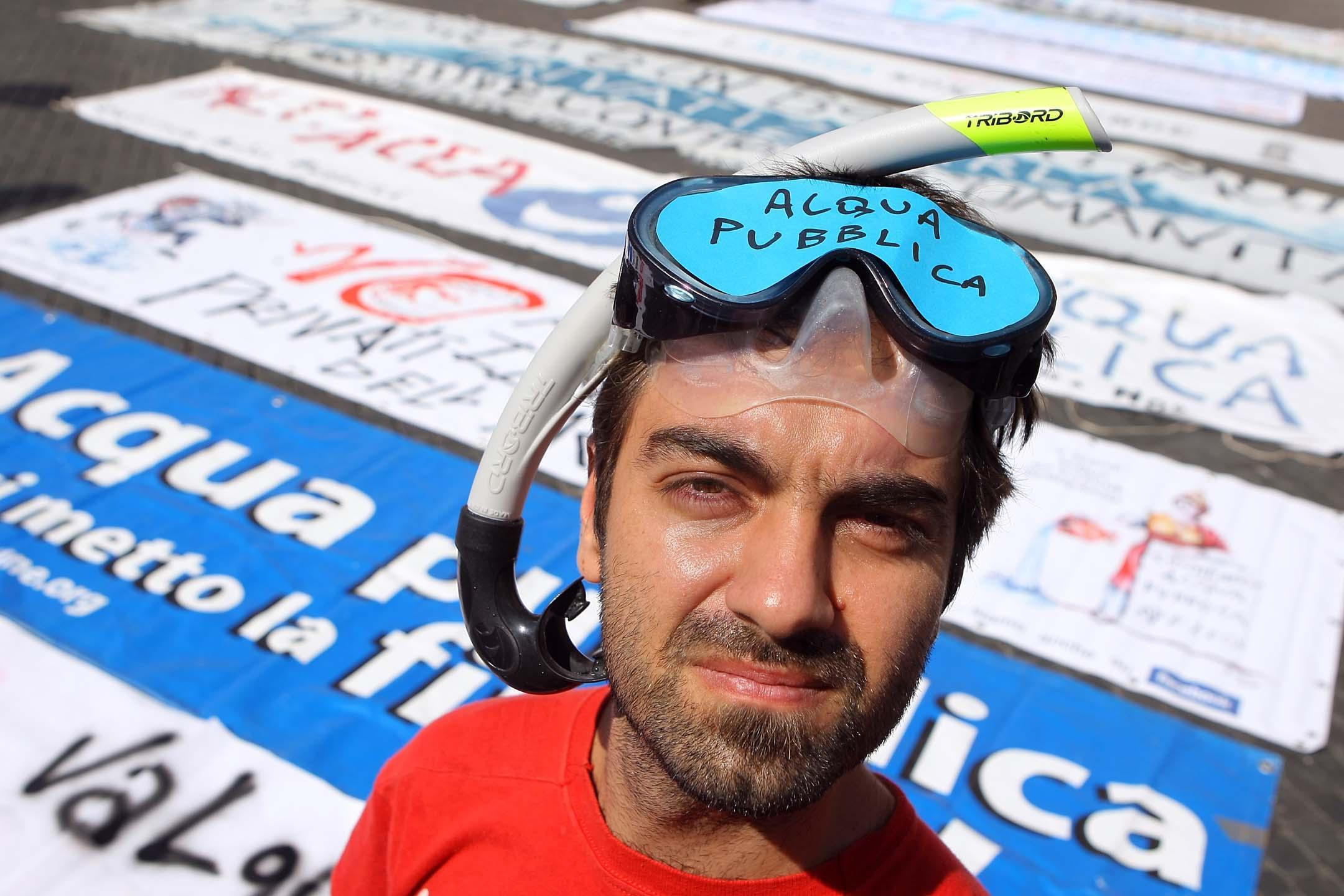 Un manifestante a piazza Navona (Lapresse)