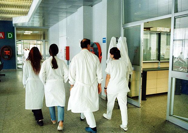 Medici a Montecitorio - I camici bianchi incrociano le braccia, per lo sciopero nazionale unitario e si danno appuntamento alle 12 a Montecitorio per una manifestazione di protesta contro la manovra finanziaria (Fotogramma)