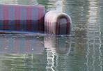 Divano galleggiante - Dalla pista ciclabile lungo la banchina del Tevere si vedono cose inaspettate. E dopo la presunta pinna di squalo, tra le acque è comparso un (purtroppo) reale divano galleggiante. Ad avvistarlo e fotografarlo, lunedì sera, è stato Fausto Bonafaccia (www.biciroma.it)