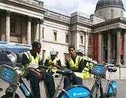 Addetti al bike sharing londinese in Trafalgar square (foto Zanini)
