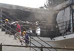 Terrazza flambé -  Un incendio si è sviluppato all'alba sulla terrazza del Circolo del tennis, in viale dei Gladiatori, al Foro Italico a Roma. Le fiamme sono divampate probabilmente per un corto circuito. E' andata distrutta la struttura di gazebo allestita sulla terrazza della palazzina, dove ieri sera si è tenuto un evento di degustazione di vini. Le fiamme sono state spente dai vigili del fuoco. (foto Proto)