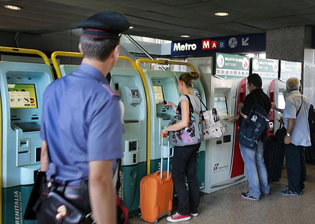 Controlli alle partenze - I Carabinieri di Roma hanno intensificato i controlli alla stazione Termini presso le biglietterie automatiche dove tre persone che fingevano assistenza ai viaggiatori e li derubavano sono state arrestate (Foto Eidon)