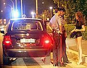Carabinieri controllano i documenti di alcune ragazze all'Eur (Proto)