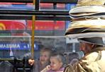 Chapeau - Alla stazione Termini i venditori di ombrelli e cappelli da sole prendono d'assalto gli open bus carichi di turisti (Foto Mario Proto)
