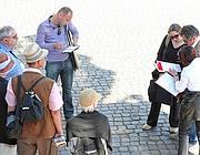 Controlli di polizia sui documenti delle guide turistiche al Colosseo
