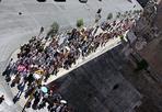 Tutti in fila - Lunga coda  per ammirare i Musei Vaticani. Lunedì 9 agosto sono veramente molti i turisti davanti all'ingresso. Segno che il turismo nella Capitale tiene anche in agosto e nonostante la crisi. (Jpeg)