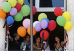 Colorata protesta - Centinaia di palloncini colorati liberati in cielo. Lavoratori del Cnr (Consiglio Nazionale delle Ricerche) e sindacati protestano così contro la riorganizzazione dell'Ente voluta dal decreto Brunetta. La manifestazione è avvenuta durante la nomina del nuovo cda. (Ansa)