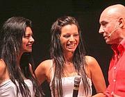 Risatine ma poca sostanza per la comparsata delle ragazze di Ostia sul palco con Battista (foto Jpeg)