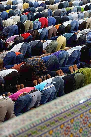 Primo venerdì di ramadan - Fedeli musulmani in preghiera alla moschea di Roma , il 13 agosto 2010 (Foto Eidon)