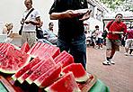 Solidarietà a Ferragosto - Per la domenica di Ferragosto, si farà festa con circa 1.500 persone per la «Cocomerata» nel rione Esquilino, con gli «Amici per la strada» di Sant'Egidio, persone senza dimora, anziani rimasti soli, volontari di gruppi provenienti da varie parti d'Italia e gli immigrati di «Genti di pace». (Foto Omniroma)