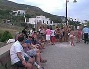 Turisti in coda davanti al tunnel di accesso a Chiaia (foto Aquaro)