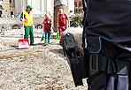 Detenuti spazzini - Detenuti al lavoro questo Ferragosto: come nel 2009,  anche a Roma un gruppo di carcerati ha ottenuto il permesso straordinario (in tutta Italia sono 85). Dopo le pulizie dimostrative del 12 agosto (foto sopra) ai Fori, dieci detenuti  dell'istituto penitenziario Rebibbia hanno cominciato a ripulire gli spazi verdi degradati del quartiere Esquilino. L'iniziativa è stata realizzata grazie alla collaborazione tra il Dipartimento dell'Amministrazione Penitenziaria, il Comune di Roma ed Ama Spa (foto Omniroma)
