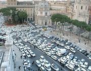Piazza Venezia invasa dalle auto bianche (Eidon)