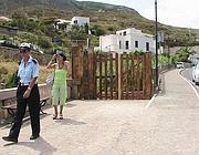 Una vigilessa e una turista al cancello chiuso (Proto)
