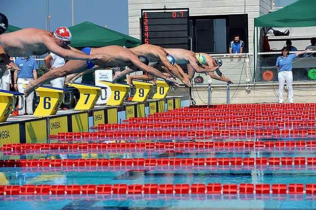 Assoluti di nuoto - Al via mercoledì 18 a Roma la stagione del nuoto in vasca corta. Mercoledì e giovedì, presso il Polo Natatorio di Ostia si assegnano i primi titoli dell'anno in vasca da 25 metri, dopo che le sei medaglie, due d'oro e quattro di bronzo, hanno chiuso la stagione in vasca olimpica dell'Italnuoto a Budapest. Nuovi obiettivi sono i Campionati Europei e i Mondiali in vasca corta che si disputeranno rispettivamente a Eindhoven (Olanda) dal 25 al 28 novembre e a Dubai (Emirati Arabi Uniti) dal 15 al 19 dicembre. Alle gare, che si svolgeranno in serie con finali dirette, prenderanno parte 225 atleti, 121 maschi e 104 femmine, in rappresentanza di 59 società per un totale di 629 presenze (foto Ansa)