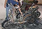Piromane a piazza Vittorio - In due giorni ha dato alle fiamme 7 scooter, tutti parcheggiati nel cortile condominiale di uno stabile di piazza Vittorio, all'Esquilino. Ma l'ultimo episodio, intorno alle 22.30 di martedì 17 agosto, gli è costato l'arresto per incendio doloso. Alcuni condomini lo avevano visto riguadagnare la strada di casa e avevano avvisato la polizia. Così  B.G., un 56enne originario della provincia di Frosinone,  abitante nello stesso palazzo di piazza Vittorio, è stato arrestato dalla polizia mentre si stava godendo l'enensimo rogo affacciato alla finestra fumando una sigaretta. Quando è stato raggiunto dai poliziotti indossava ancora gli abiti che qualcuno dei condomini aveva notato mentre fuggiva dopo aver appiccato le fiamme (foto Mario Proto)