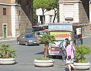 Il camion bar all'Ara Pacis in divieto di sosta