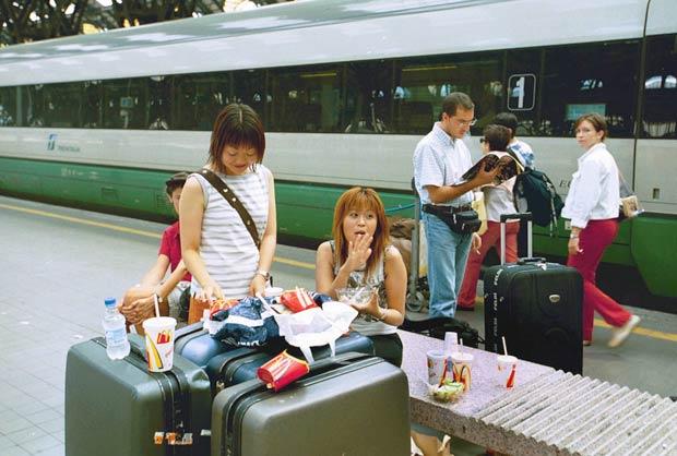 Treni «a mandorla» -  Sempre più turisti stranieri scelgono il treno per visitare l'Italia, un trend in controtendenza rispetto agli altri paesi europei. Trenitalia fa sapere che in questi giorni sulla tratta Roma-Napoli  si registra un incremento delle vendite del 70% dei viaggiatori provenienti dal continente asiatico ed in particolare dal Giappone.  (Fotogramma)