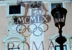 Cinquan'anni fa - Giovedì sera in piazza del Campidoglio grande festa per celebrare il cinquantesimo anniversario delle Olimpiadi del 1960. Nostalgia sì,  ma con un occhio  ben rivolto al 2020, con la speranza di portare per la seconda volta i Giochi Olimpici nella città eterna. Una cerimonia simbolica, con il momento clou della riaccensione del braciere olimpico di Roma con lo stesso tedoforo, Gianfranco Peris, che 50 anni fa lo fece allo stadio olimpico, per ricordare quella magnifica olimpiade e per ribadire che Roma è pronta a ospitarne una nuova. (Omniroma)
