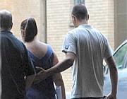 La mamma e il papà escono dall'obitorio dopo l'autopsia (foto Proto)