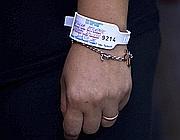 La mamma indossa  il braccialetto dell'ospedale  (Ansa)