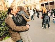 Flashmob di baciatori a piazza San Lorenzo in Lucina a Roma (Jpeg)