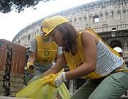 Gli ambientalisti ripuliscono la zona intorno al Colosseo
