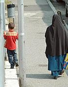 Una madre in burqa accompagna il figlio a scuola (M.Vacca)