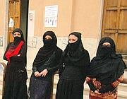 Solidarietà: donne solidali con la madre magrebina manifestano in burqa alla scuola di Sonnino