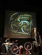 i Têtes de Bois sul palco con la bici di Alfonsina