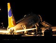 Vigili del fuoco intorno all'aereo fuoripista (Ap)