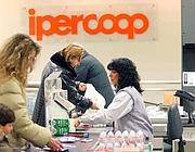 Un supermercato Ipercoop (Imagoeconomica)